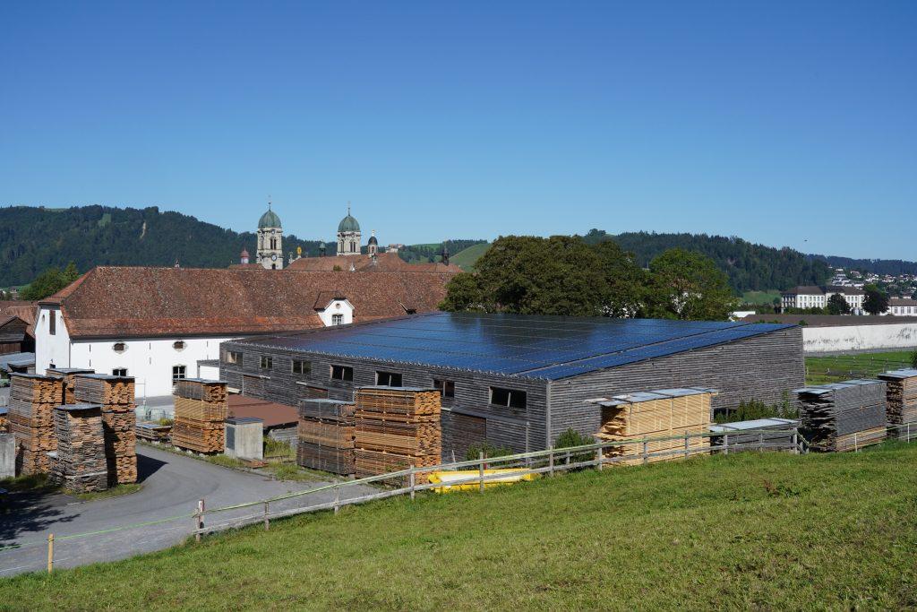 PV Anlage auf Dach der Reithalle Kloster Einsiedeln